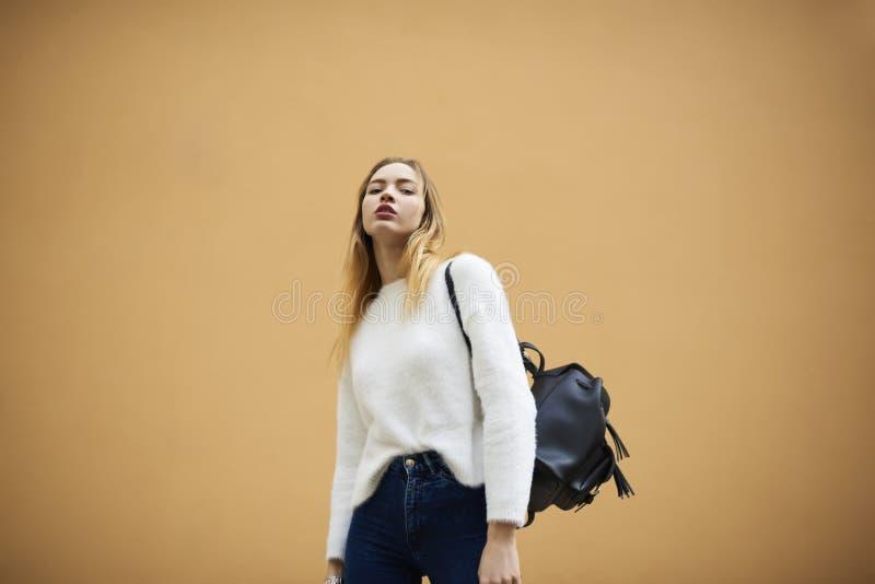 Модное lfemale ooking на камере против предпосылки с зоной космоса экземпляра для рекламировать или выдвиженческое содержания стоковое фото