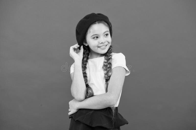 Модный аксессуар берета Подростковая мода Французский атрибут моды Младенец небольшой девушки ребенка счастливый усмехаясь E стоковая фотография rf