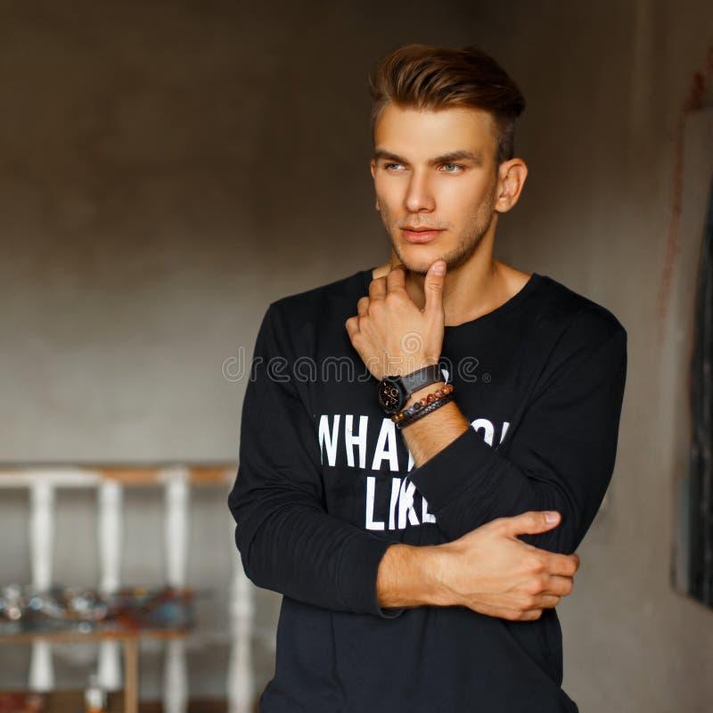Модный красивый стильный человек в пуловере с текстом стоковые фотографии rf