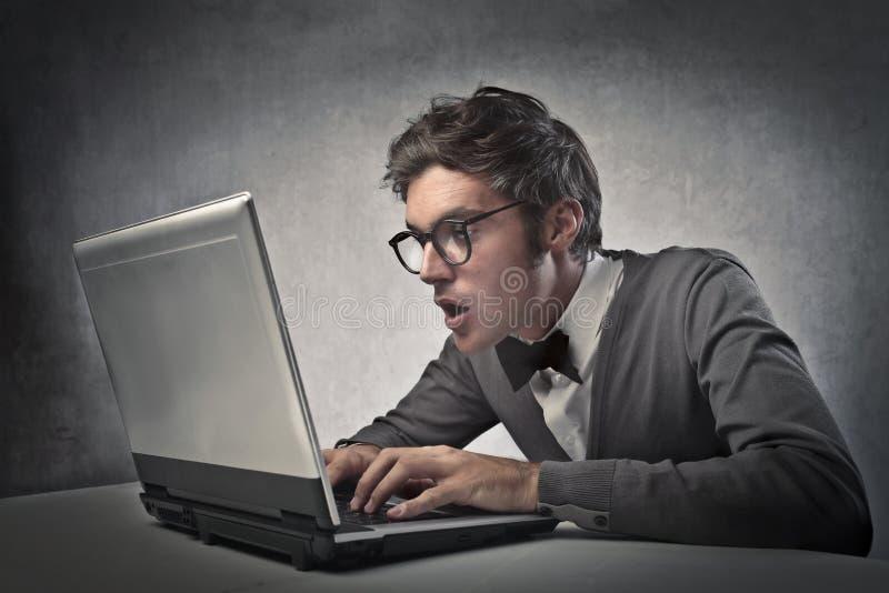 Модный мальчик на компьютере стоковое фото