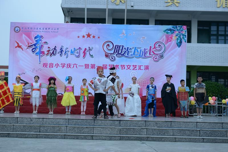 Модный парад охраны окружающей среды начальной школы стоковая фотография