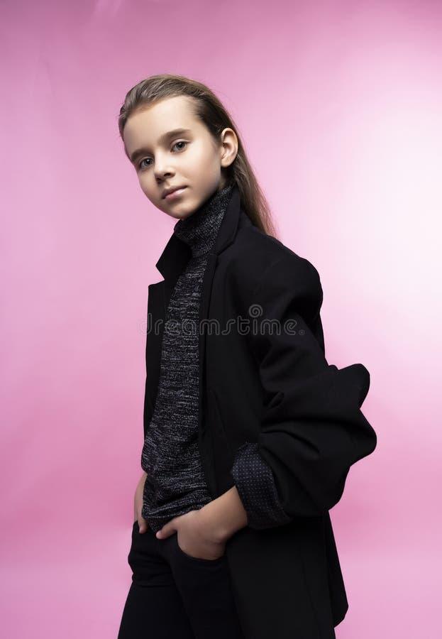 Модный портрет красивой милой предназначенной для подростков девушки нося серый turtleneck, джинсы и куртку блейзера r m стоковые фото