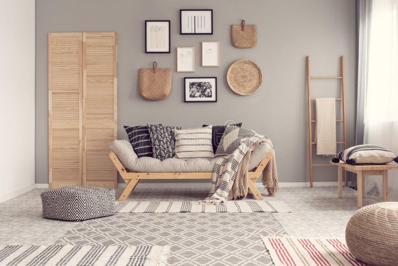 Модный скандинавский дизайн интерьера живущей комнаты, естественная концепция акцентов стоковое фото