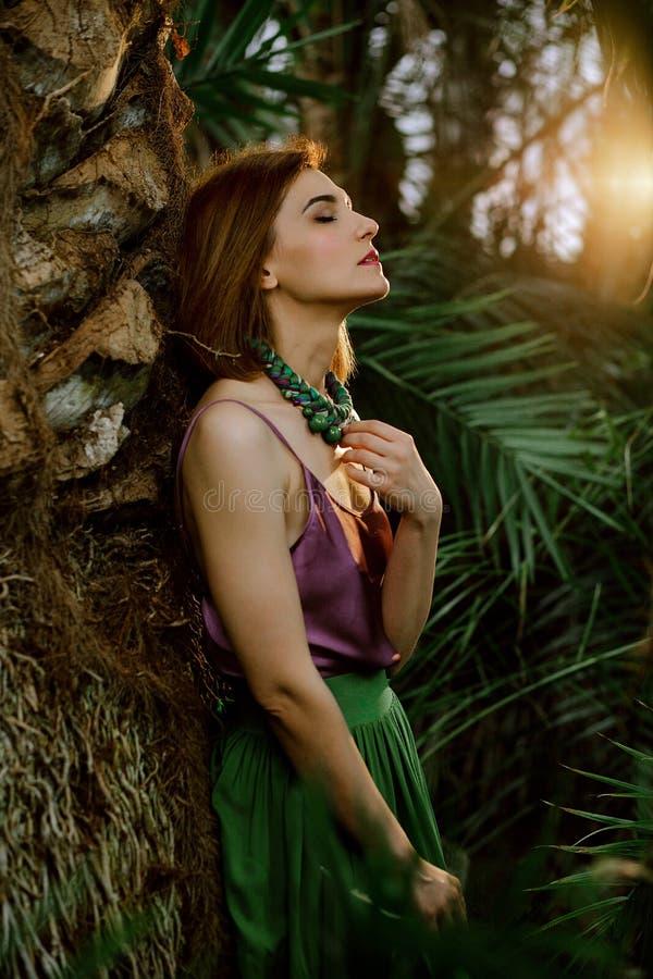 Модный стиль Красота с естественным составом в тропическом парнике Красивая женская модель в вскользь платье, стоя вокруг стоковая фотография rf
