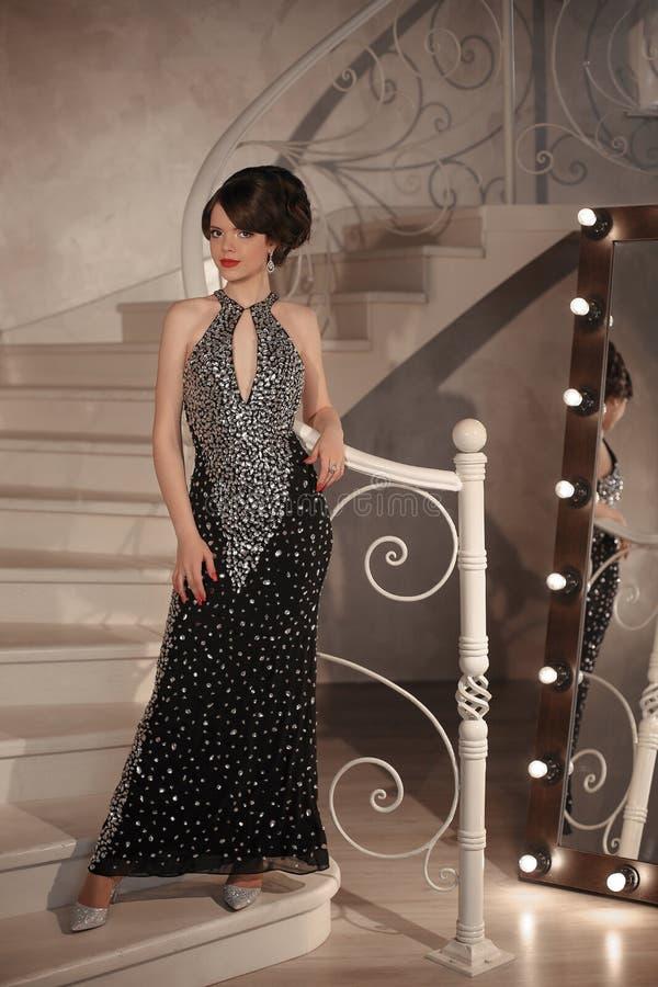 Модный студент девушки на партии выпускного вечера градации Брюнет с стоковая фотография