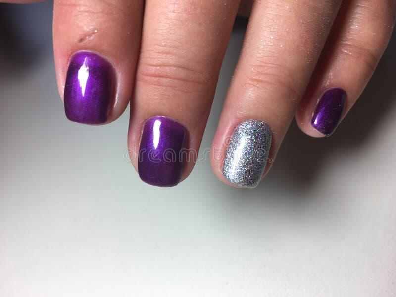 модный яркий фиолетовый маникюр стоковое изображение rf