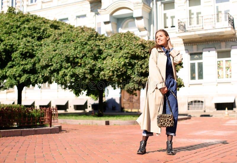 Модный outdoors молодой женщины стоковое изображение