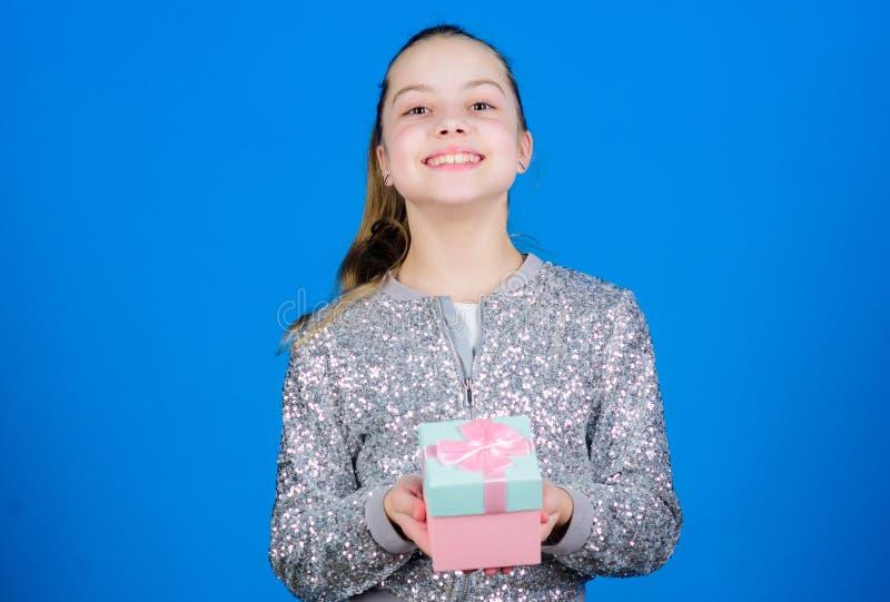 Мое драгоценное Экстренныйый выпуск случается изо дня в день Девушка с предпосылкой подарочной коробки голубой : r Милое прелестн стоковые фотографии rf