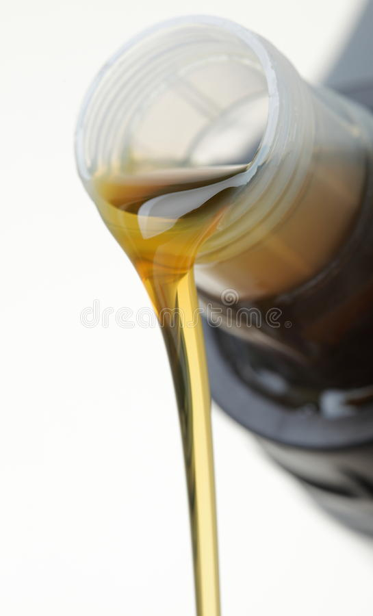 может белизна масла двигателя автомобиля изолированная стоковое изображение