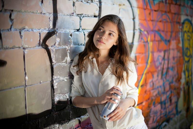 может девушка надпись на стенах делает брызг подростковой стоковое фото