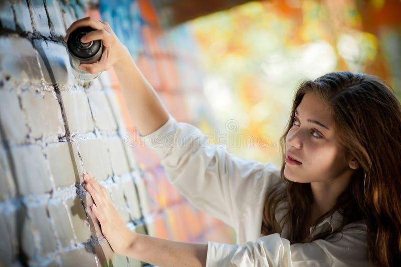 может девушка надпись на стенах делает брызг подростково стоковая фотография
