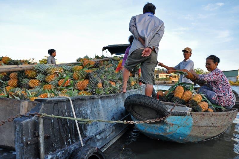 Рынок Cai Rang плавая, может Tho, перепад Меконга, Вьетнам стоковые изображения rf