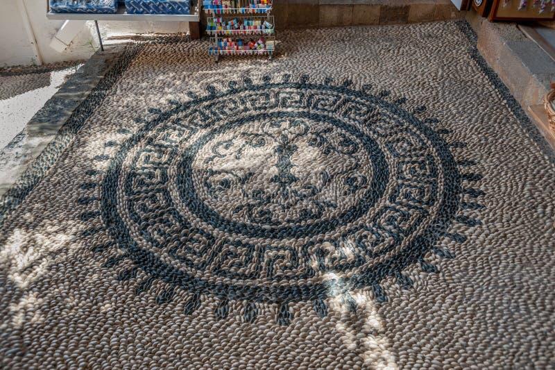 Мозаика камня камешка Мотив Rosetta флористический выстилка Городок Lindos Греческий остров Родоса европа стоковое изображение rf