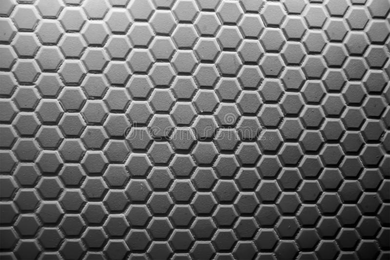 Мозаика керамических плиток сделанная серых косоугольников, без grouting, сетк-основание и клей видима Концепция ремонта стоковые изображения rf