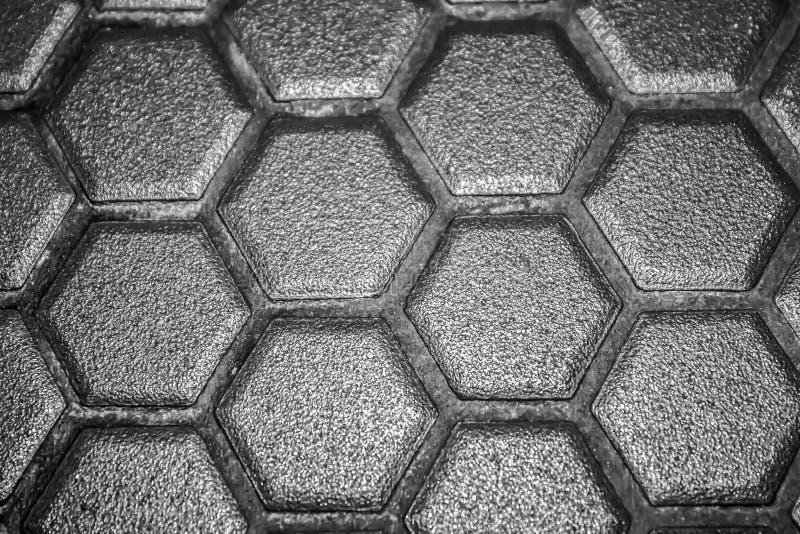 Мозаика керамических плиток сделанная серых косоугольников, без grouting, сетк-основание и клей видима Концепция ремонта стоковое изображение