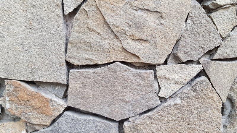 Мозаика крыла стену черепицей сделанную со сломленными каменными частями Неровная каменная текстурированная предпосылка Фон кирпи стоковые фото