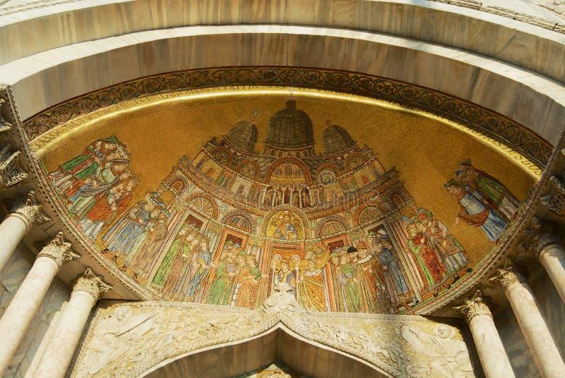 Мозаика низложения реликвий на входе к базилике Sain Марк в Венеции, Италии стоковое фото rf