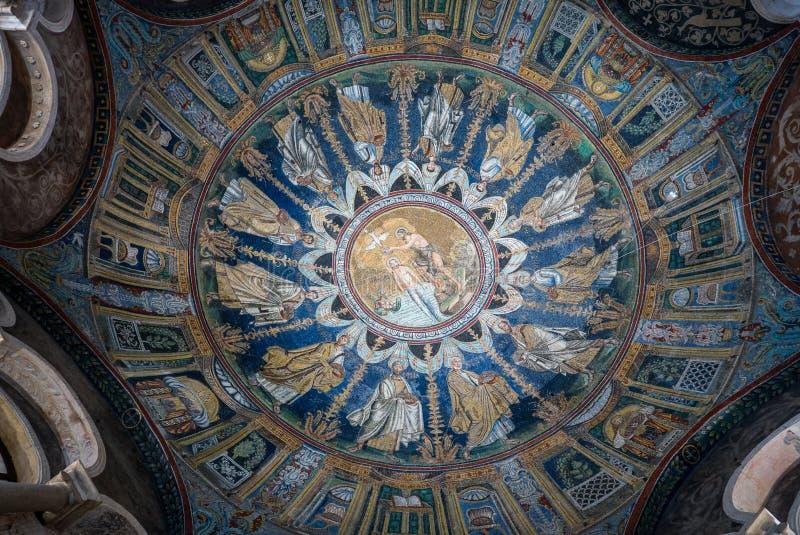 Мозаика потолка купели правоверного или Neoniano в Равенне r стоковые изображения