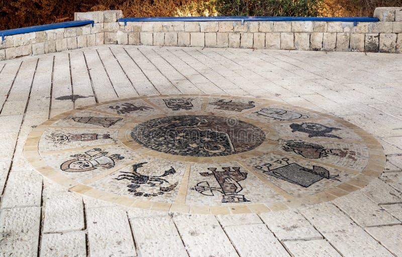 Мозаика с знаками зодиака около желая моста на ноче в старом городе Yafo, Израиле стоковая фотография