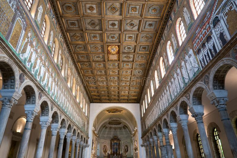 Мозаики внутри базилики Sant Apollinare Nuovo в Равенне r стоковое фото