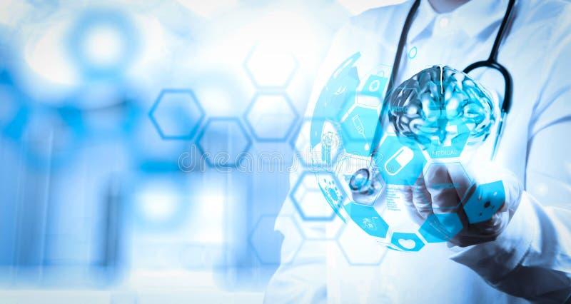 мозг металла выставки руки невропатолога доктора с интерфейсом компьютера иллюстрация вектора