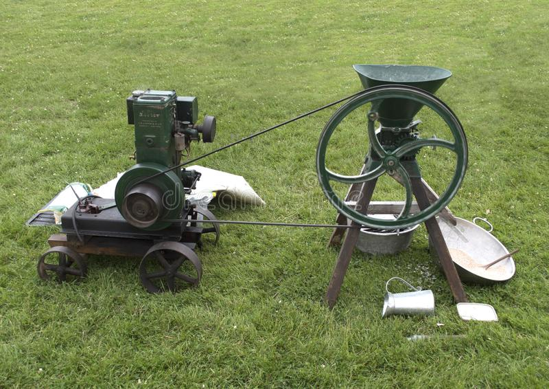 Мозоль винтажного стационарного двигателя меля на траве стоковое изображение rf