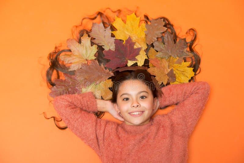 Моистуризирующая маска Советы по уходу за волосами добавляют к рутине падения Маленькая девочка, роскошные длинные волосы и павши стоковые фото