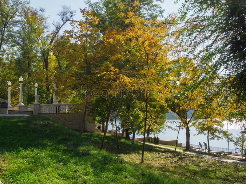 Молдавия, Chisinau Парк осени с озером стоковые изображения rf