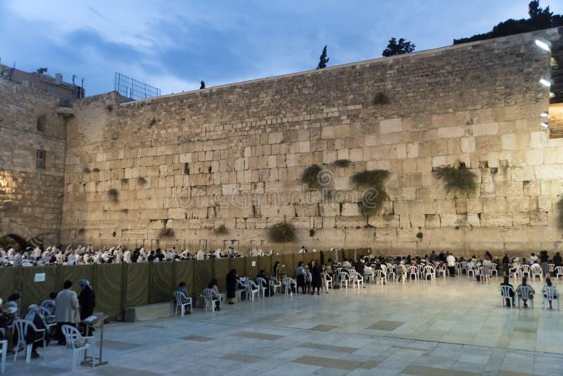 Молитвы женщин около голося стены, стоковое изображение rf