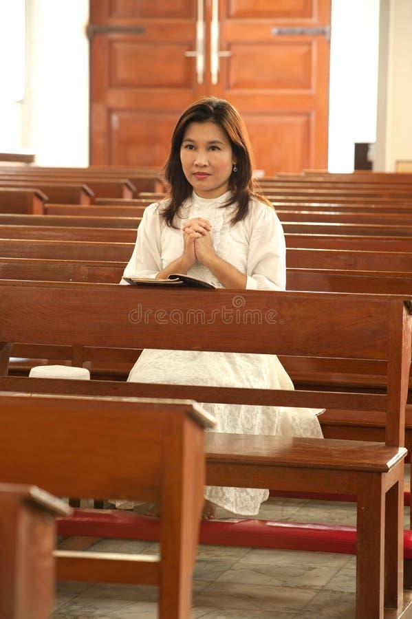 молить довольно ретро введенную в моду тайскую женщину стоковые фотографии rf