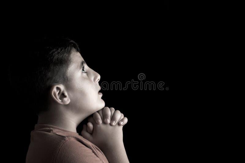 молить мальчика стоковые фотографии rf