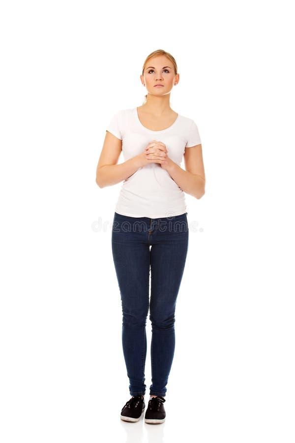 Молить молодой женщины - концепция вероисповедания стоковые фотографии rf