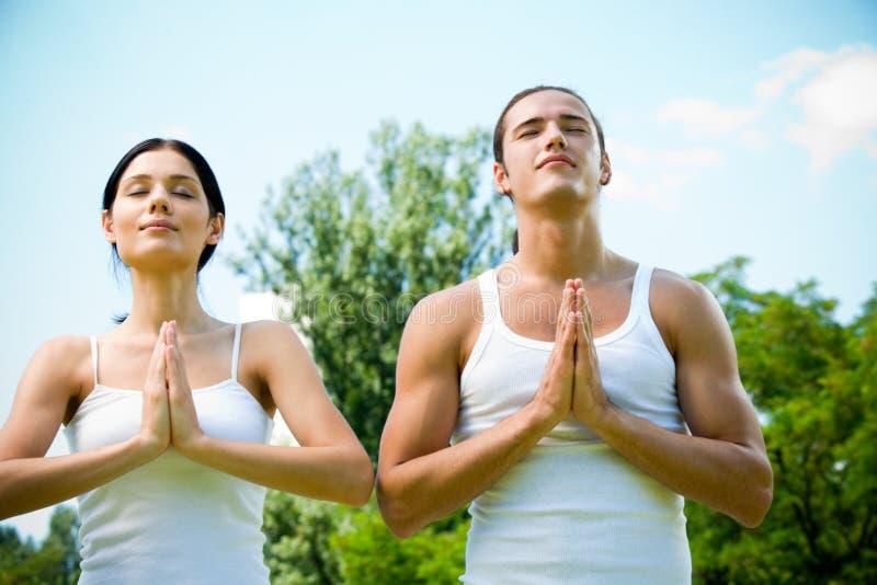 молить пар meditating стоковая фотография