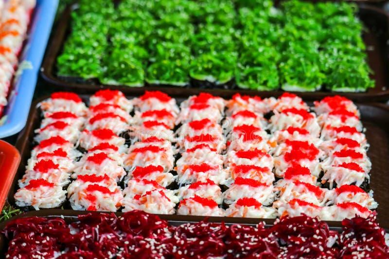 моллюск суш и креветка и морепродукты и яйцо wakame сладкое на еде улицы стоковое фото