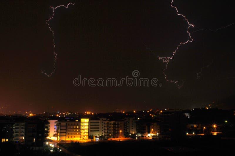 Молнии над городом ночи стоковые фотографии rf
