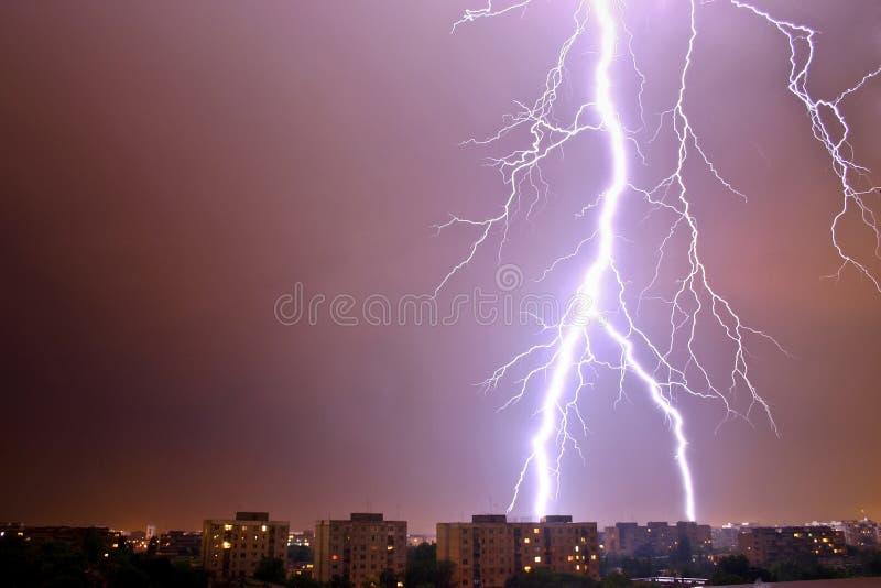 молния города сверх стоковые изображения