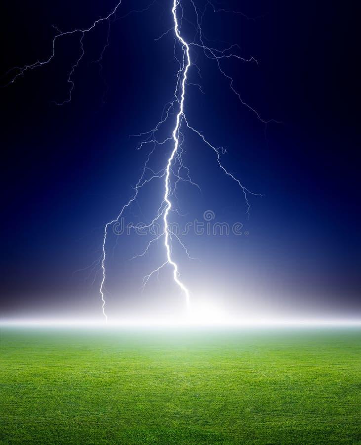 Молния, зеленое поле стоковые фотографии rf