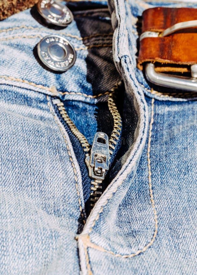 Молния металла на голубых классических джинсах стоковое изображение