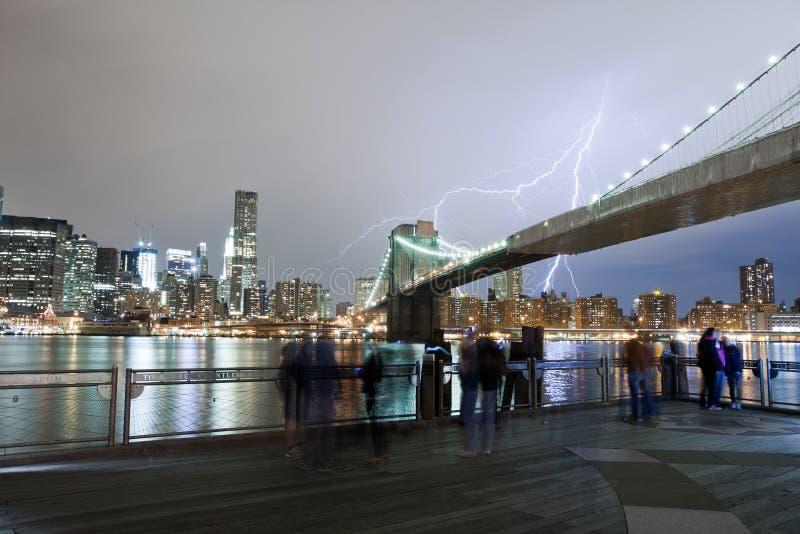Молния над Бруклинским мостом стоковые изображения rf