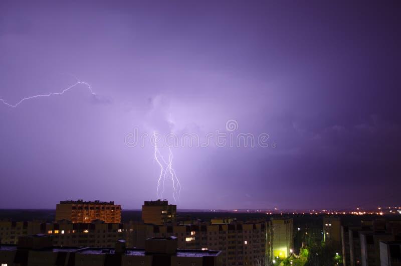 Молния над городом ночи стоковые фотографии rf