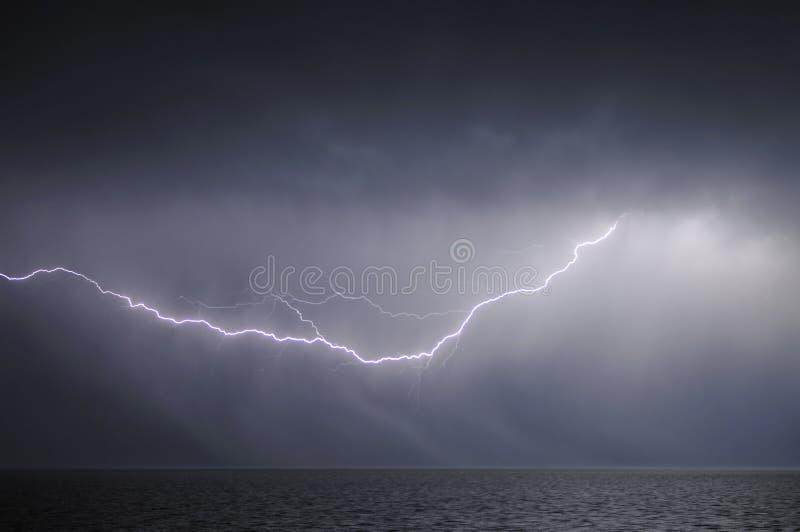 молния над морем стоковое изображение