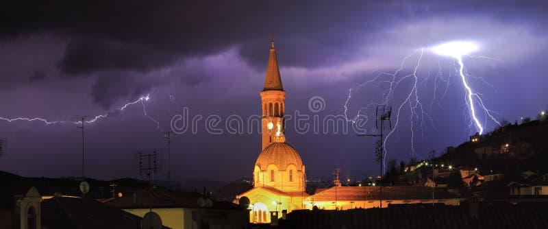 Молния над Alba, северной Италией. стоковые фото