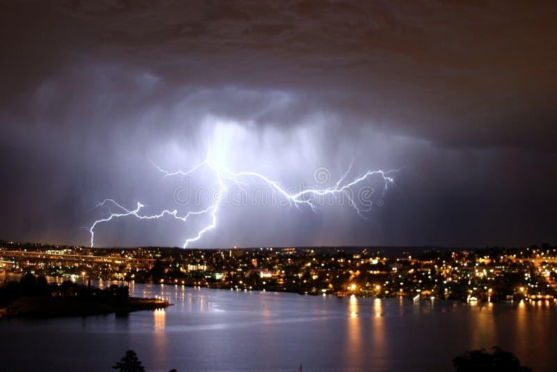 молния над seattle стоковое изображение