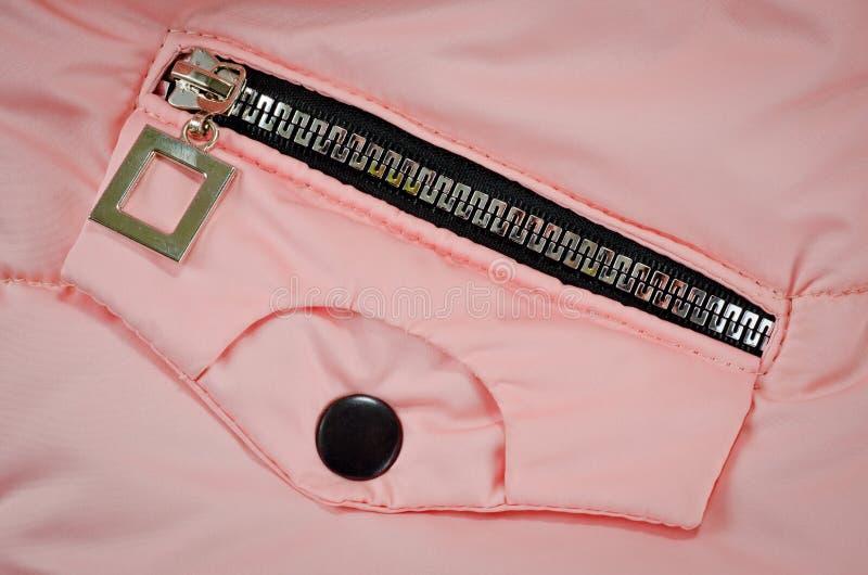 Молния на кармане розовой куртки для детей стоковые изображения