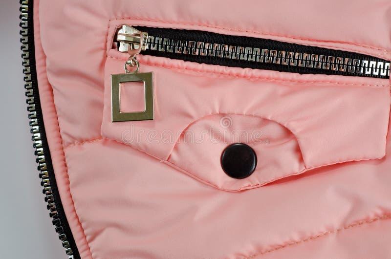 Молния на кармане розовой куртки для детей стоковая фотография