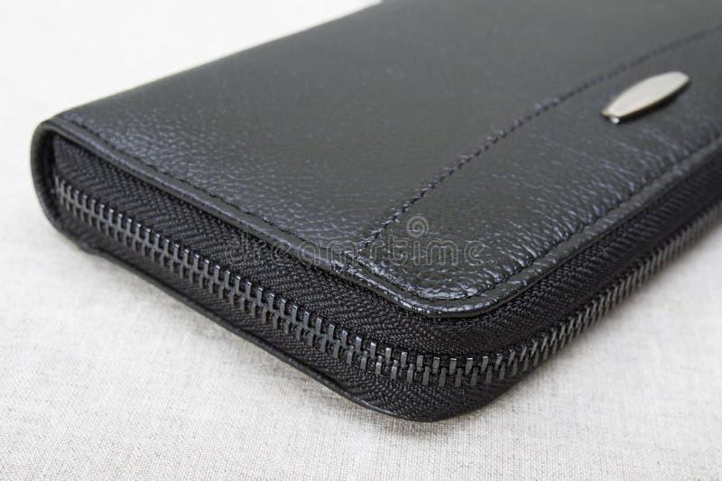 Молния на конце-вверх портмона; закрытое черное портмоне стоковая фотография rf