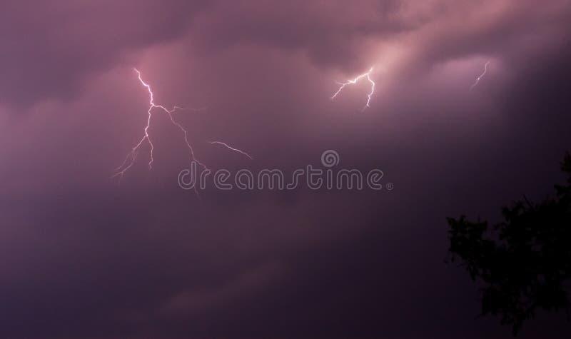 Молния на пурпурном небе стоковые фотографии rf