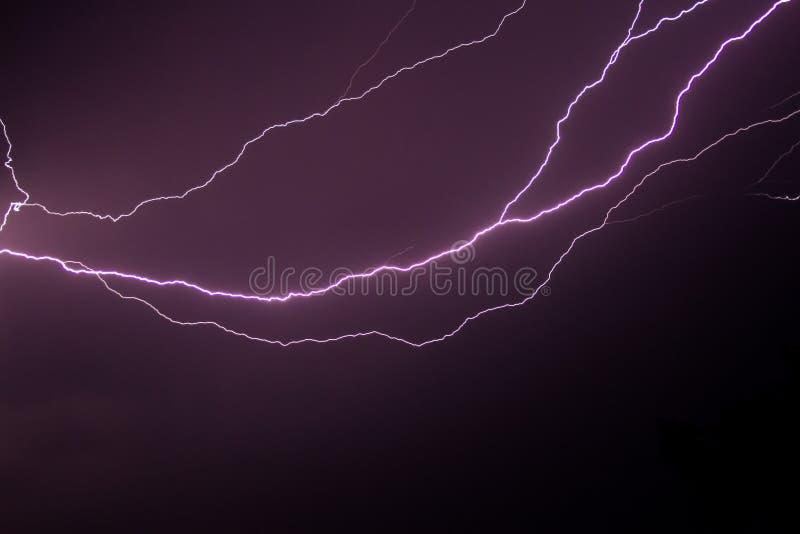 Молния на пурпурном небе стоковое фото rf