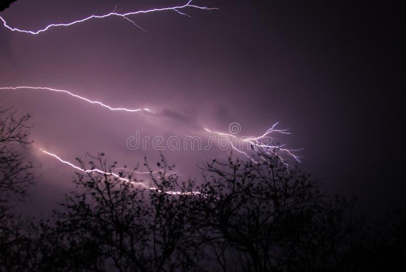 Молния на пурпурном небе стоковые фото