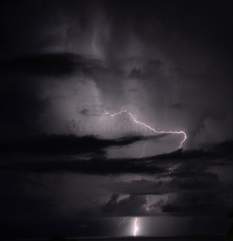 Молния пересекает горизонт вечера лета стоковые фото